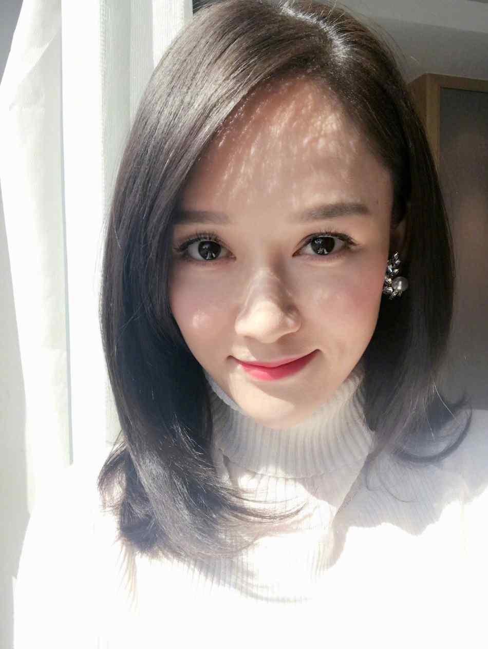 陈乔恩柔软卷发唇红肤白甜美自拍写真