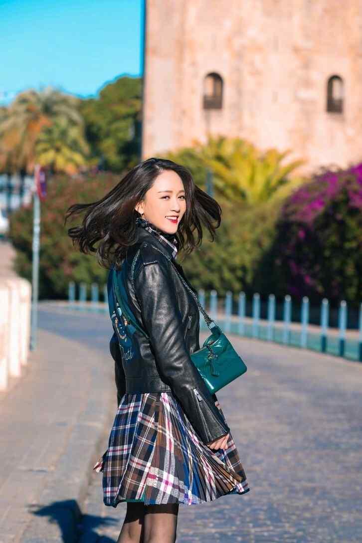 陈乔恩黑丝短裙秀美腿甜美街拍写真图片