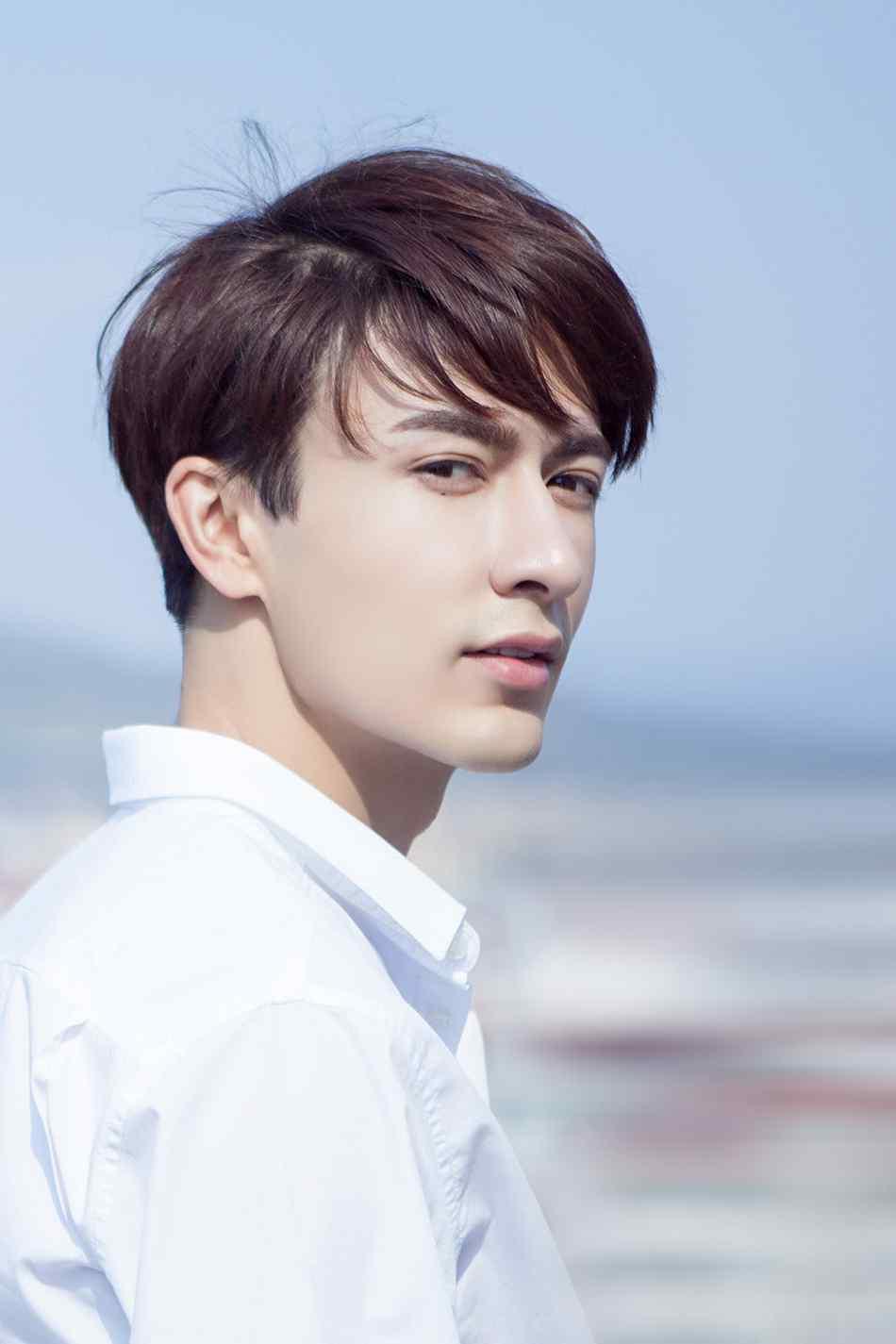 演员米热白衬衣高清帅气写真图片