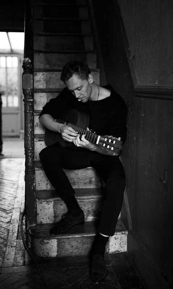 汤姆·希德勒斯顿黑白帅气写真