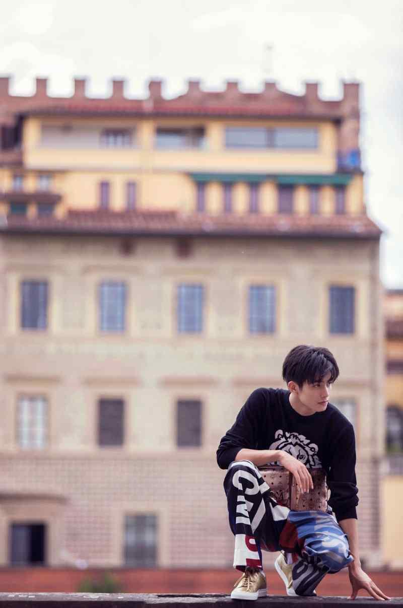 宋威龙休闲帅气户外写真图片