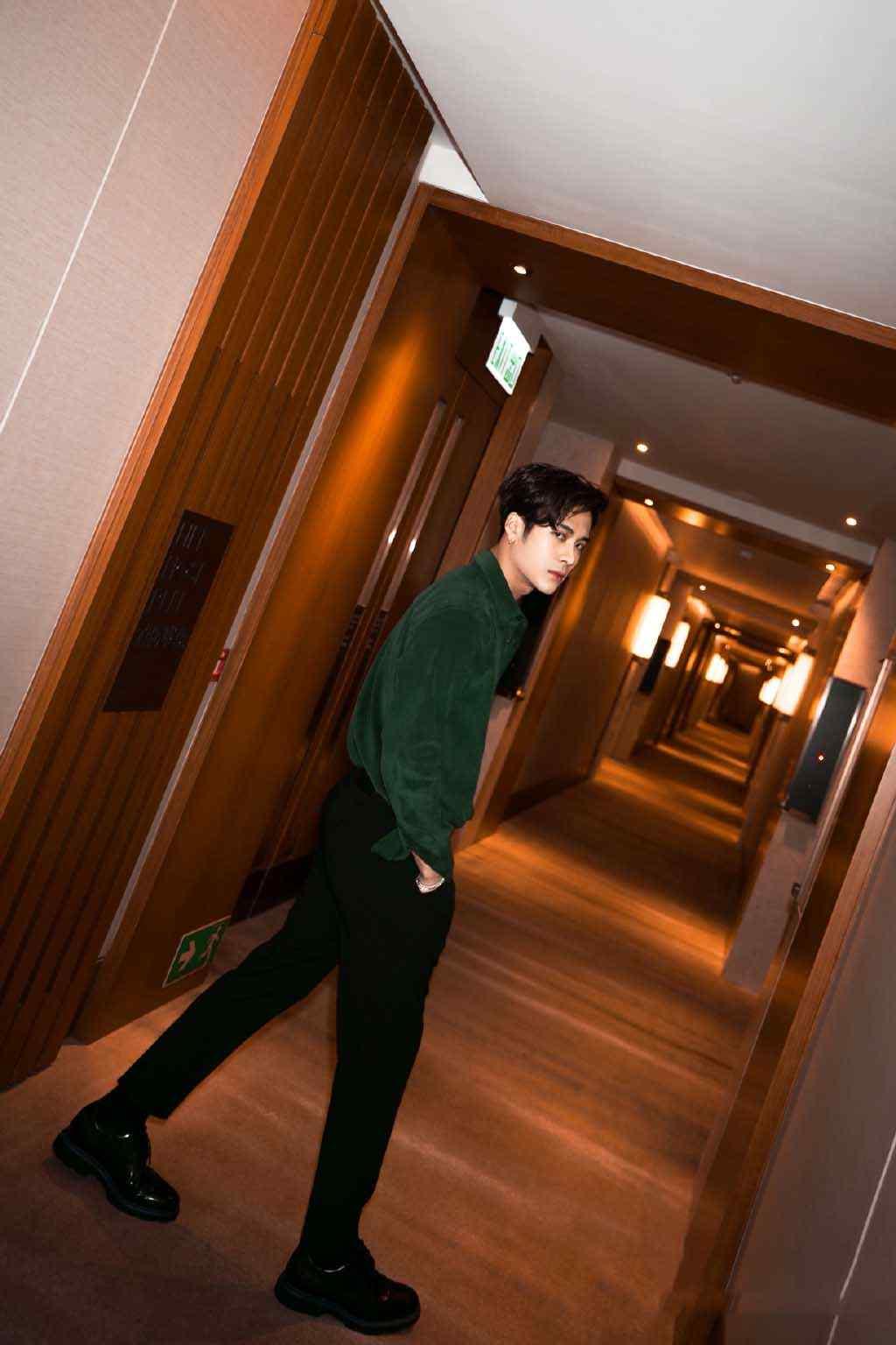 王嘉尔酒店帅气写