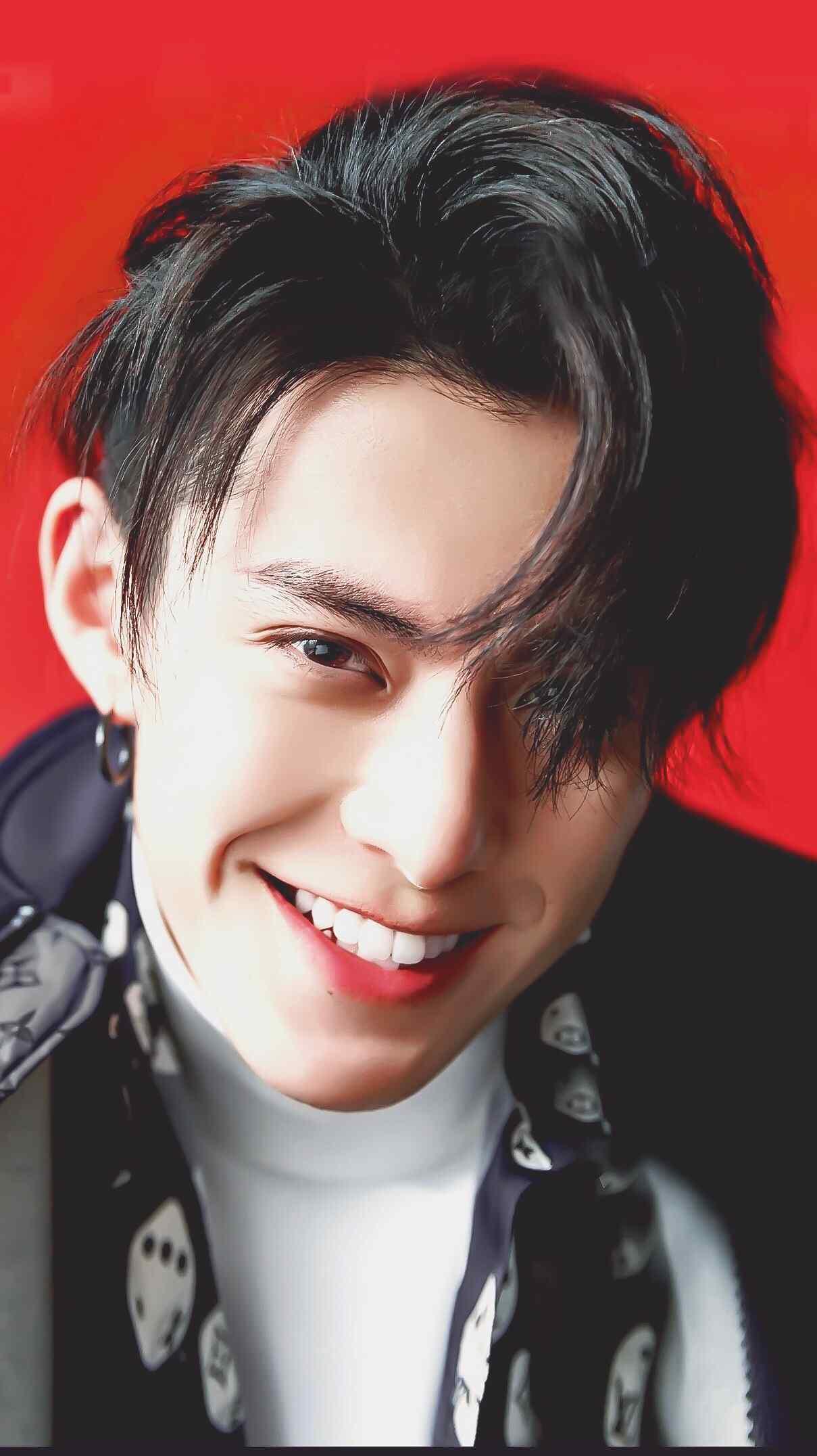 王鹤棣帅气笑容无水印高清壁纸