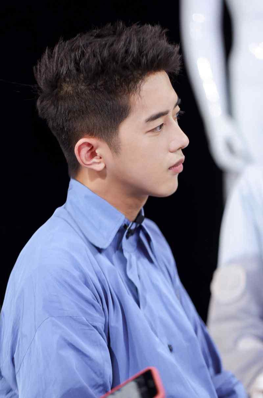 梁靖康蓝色条纹衬衫帅气写真