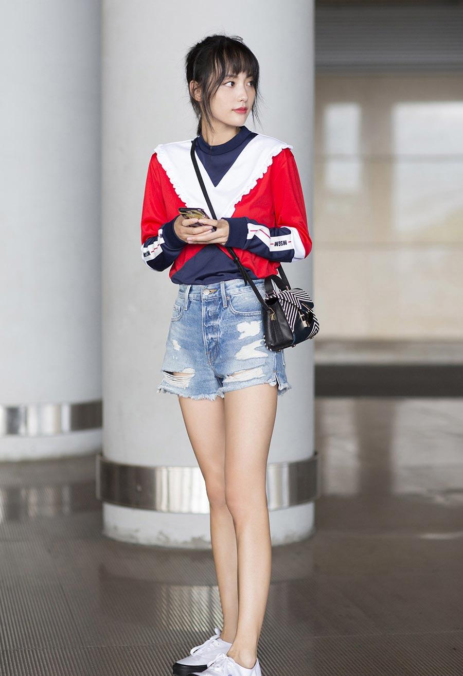 张嘉倪大长腿吸睛机场写真图片