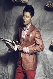 张丹峰暖色西装写真图片