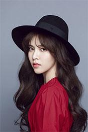 宋妍霏红衣圆帽靓丽写真图片