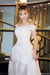 吴宣仪露肩白长裙可爱高清手机壁纸图片