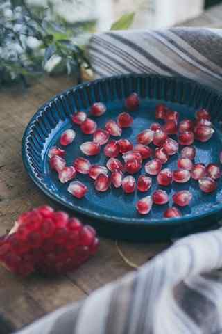 养生水果之石榴文艺写真手机壁纸
