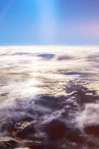错落在云层的山脉