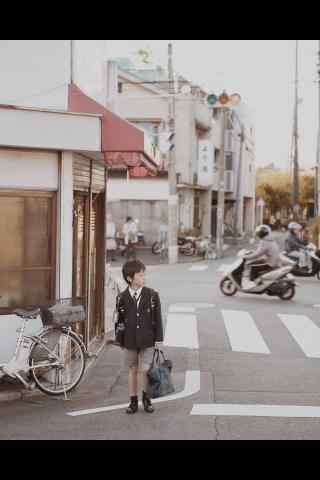 日本男孩放学站在街道上桌面壁纸