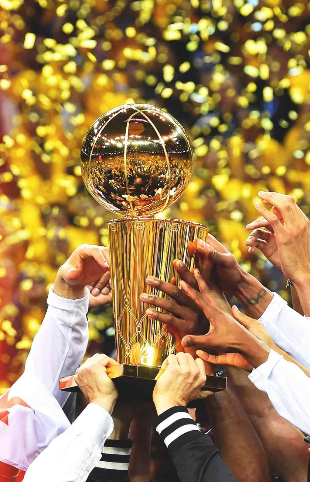 NBA勇士队捧起总