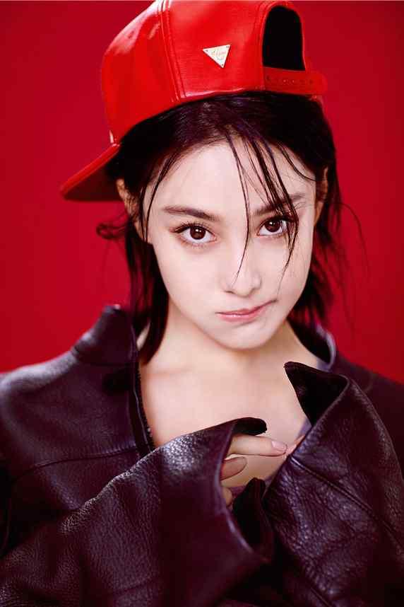 张馨予皮衣红帽率性性感时尚写真