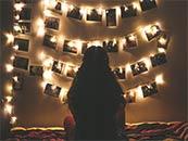 挂满灯泡的照片墙