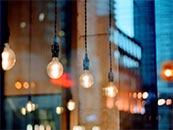 城市中的复古灯泡