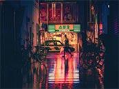 城市街角的霓虹灯