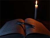 蜡烛书籍与钢笔超