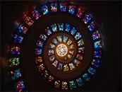 高塔内的五彩灯光