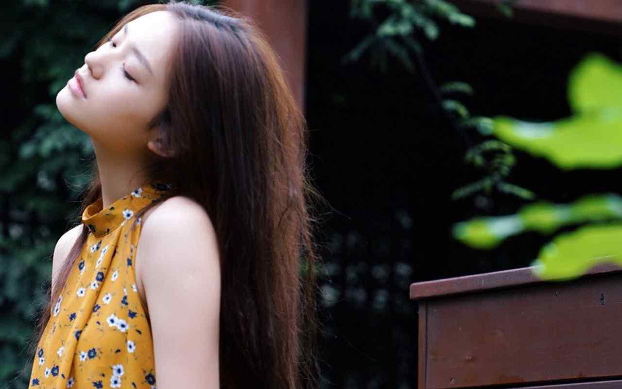 小清新女神林允橘色长裙写真宽屏壁纸