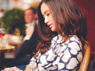 女神张歆艺午后恬静阅读桌面壁纸