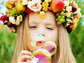 可爱甜美的小女孩吹泡泡高清电脑图片壁纸