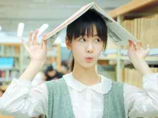 清纯女神陈都灵图书馆俏皮写真桌面壁纸