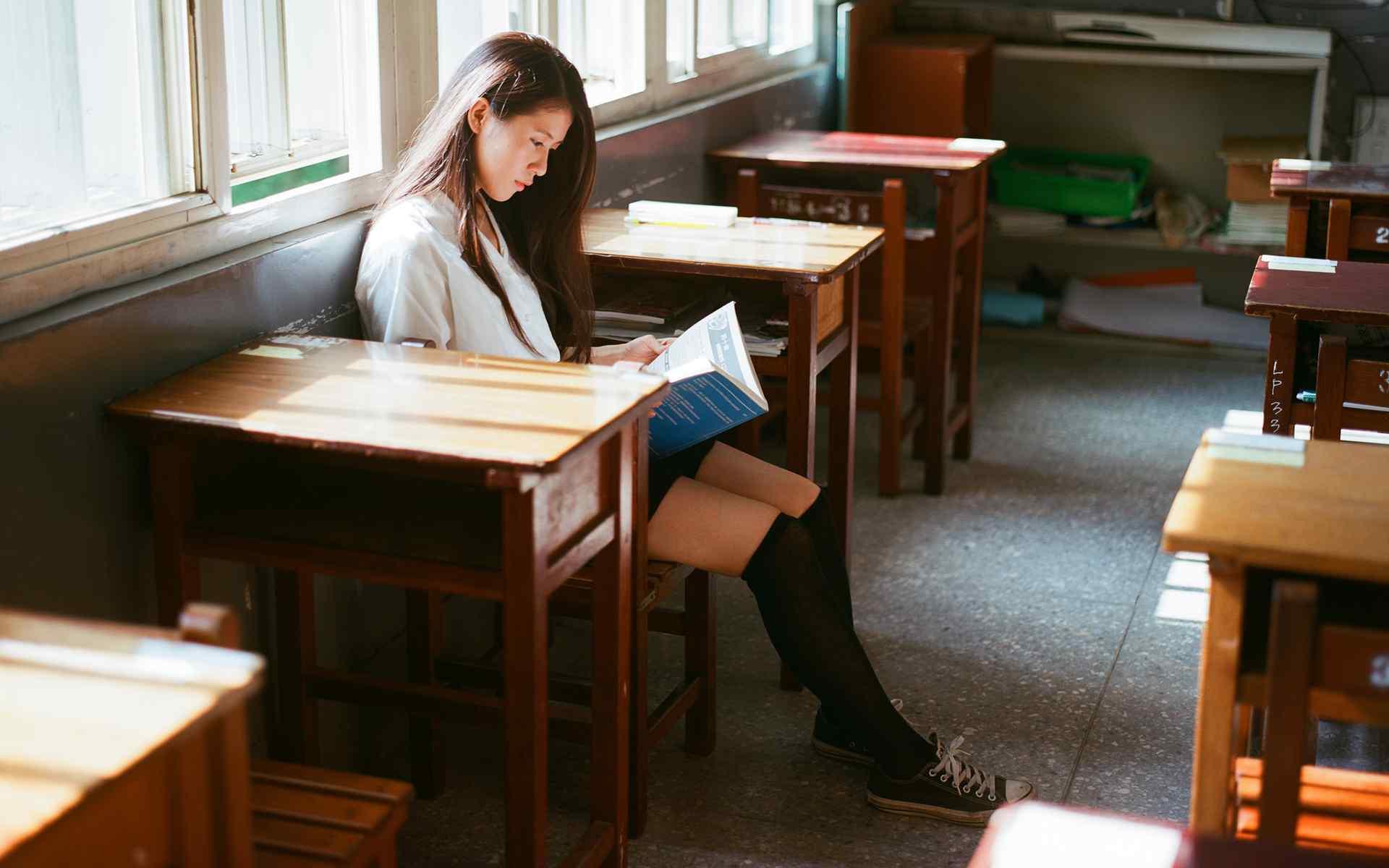 长发美女看书照片高清桌面壁纸