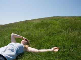 躺在草地上的美女高清电脑桌面壁纸