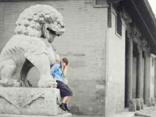 文艺民国女生坐在石狮子上的写真壁纸