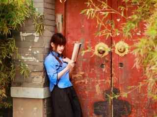 甜美文艺民国女生靠墙读书桌面壁纸