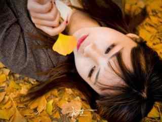 躺在银杏叶上的美女桌面壁纸