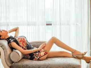 长腿旗袍美女沙发性感写真桌面壁纸