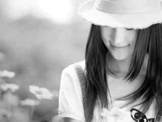 创意黑白微笑女孩桌面壁纸
