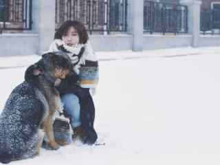 美女与狗雪景桌面壁纸
