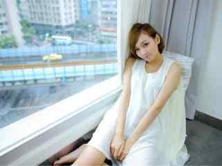 短发白衣美女图片桌面壁纸