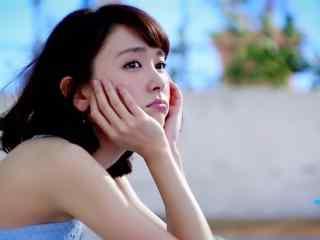 日本美女新垣结衣托腮嘟嘴可爱桌面壁纸
