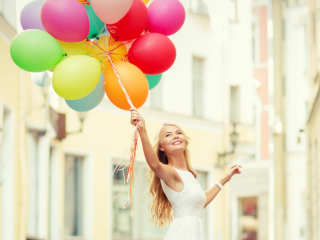 欧美美女手拿气球