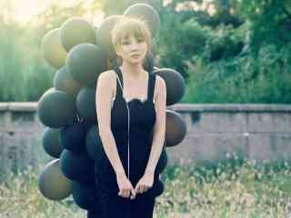 美女手拿气球阳光