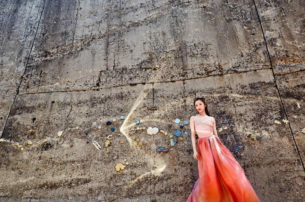 张慧雯:风吹起靠在墙上的你的裙摆好美