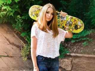滑板女孩个性桌面壁纸