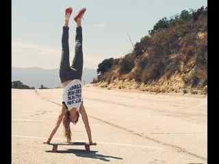 滑板女孩倒立桌面壁纸