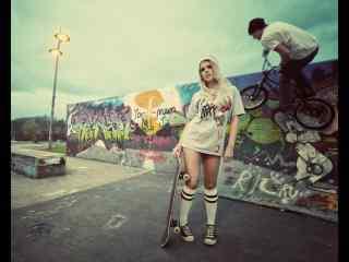 滑板女孩个性街头桌面壁纸