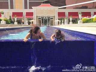 章子怡女儿泳池可爱写真图片桌面壁纸