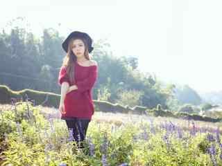 长发红衣美女田园写真图片
