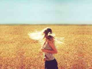 金色麦田里的欧美美女田园风格写真图片