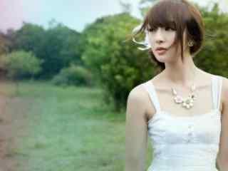吊带长裙的田园美女图片桌面壁纸