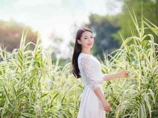 田园里身着白色长裙的长发美女图片