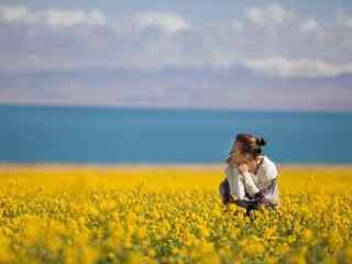唯美青海湖边油菜花田里的美女图片