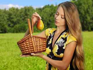 美丽金色长发美女田园写真图片