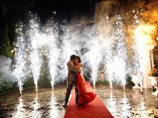 在焰火中拥吻的新人唯美图片